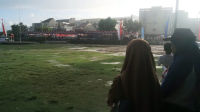 Hujan mengguyur saat upacara hari radikalisme dan terorisme. Foto: Bin