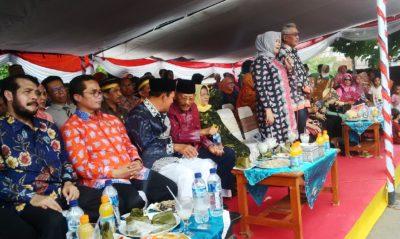 Bupati dan Wakil Bupati Bima melambaikan tangan kepada peserta pawai budaya. Foto: Bin