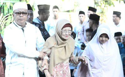 Ina Kau Mari dituntun oleh H. Sutarman saat menghadiri acara. Foto: Bin