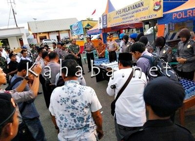 Kapolres Bima saat bagi bagi takjil. Foto: Deno