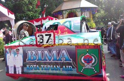 Kontingen dari Kota Bima dengan Pawai Icon Kota Tepian Air. Foto: Eric