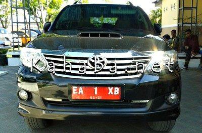 Mobil pribadi Bupati Bima yang dipakai untuk bertugas. Foto: Noval