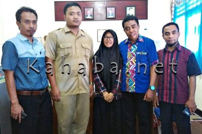 Nurul Khaira Insyani bersama Kepala SMKN 3 Sanusin dan guru. Foto: Eric