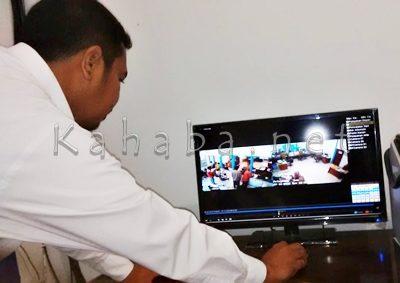 Pegawai DInas Dukcapil saat memperlihatkan rekaman CCTV. Foto: Bin