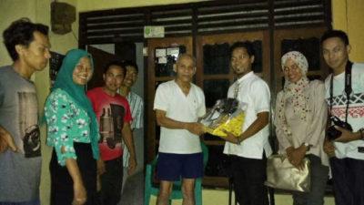 Penyerahan Kado Bhakti ke Mantan Kepala SMUN 3 Kota Bima. Isnandi Wijaya. Foto: Bin
