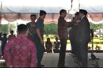 Presiden RI saat sematkan Tanda Kehormatan kepada Walikota Bima. Foto: Hum