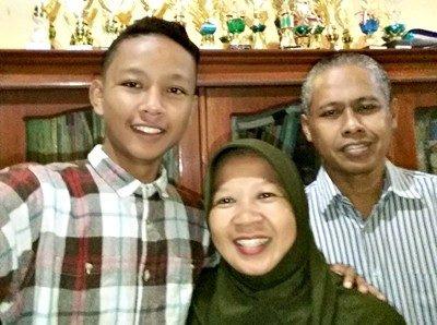 Rizalul Rahman bersama orangtuanya.