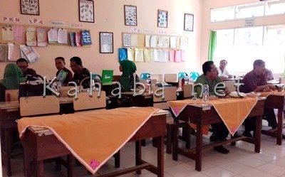 SDN 19 Kota Bima dinilai Tim Kemendikbud dalam Lomba Tata Kelola Dana BOS Tingkat Nasional. Foto: Eric