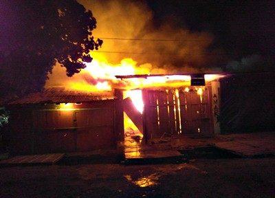 """Salah satu toko di pasar Tente terbakar. Foto"""" Iyek Faris Al-Habsyi (Facebook)"""