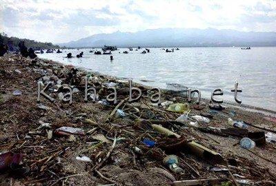 Sampah di Pantai Kalaki. Foto: Ady