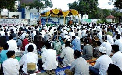 Suasana Sholat Idul Fitri di halaman Kantor Pemkot Bima. Foto: Ady