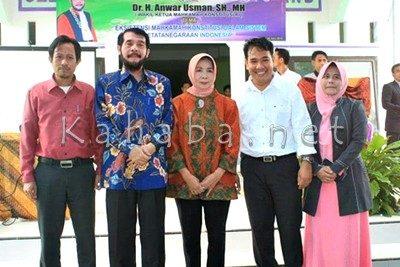 Wakil Ketua MK pose bersama dengan jajaran STIKES Yahya Bima. Foto: Ady