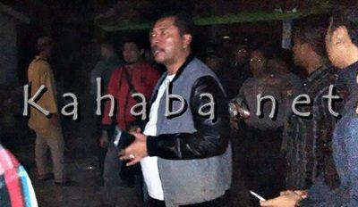 Walikota Bima saat pantau lokasi pelemparan rumah warga. Foto: Bin