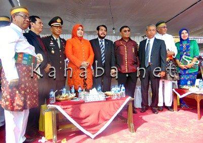Wawali Bima (Tiga dari kanan) saat pose bersama Bupati, Wabup Bima dan pejabat lainnya. Foto: Ady