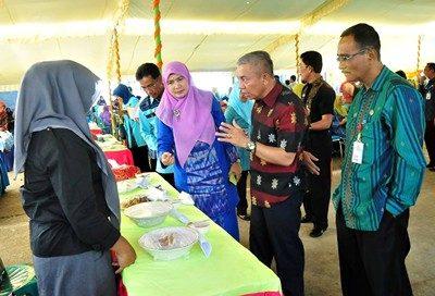 Wawali didampingi Kepala Diskanlut saat memantau hasil masakan peserta. Foto: Hum
