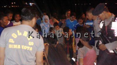 Kerumunan warga saat melihat temuan yang diduga orok di Ni'u Kelurahan Dara. Foto : Bin