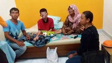 Ade Setiawan (Baju Merah) didampingi keluarga. Foto: Roy Babuju (Facebook)
