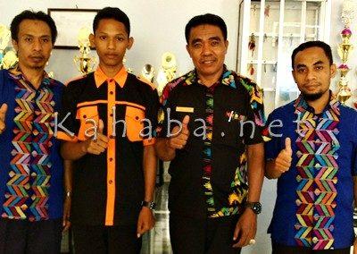 Agus Salim (Dua dari kiri) bersama Kepala SMKN 3 Kota Bima dan jajaran guru. Foto: Bin
