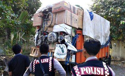 Anggota Patmor Polres Bima Kota mengawal truk bermuatan motor bodong. Foto: Noval
