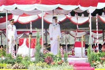 Bupati Bima saat menjadi Inspektur Upacara HUT RI ke-71. Foto: Hum