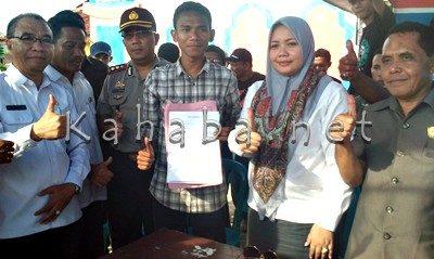Bupati dan perwakil warga usai menandatangi surat pernyataan. Foto: Deno