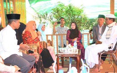 Bupti Bima saat menghadiri syukuran di kediaman Kepala Desa Mpili. Foto: Hum