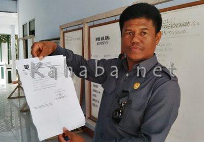 Edi Mukhlis menunjukan bukti surat panggilan untuk pengelola Wisma Komodo dari Pemda. Foto: Ady
