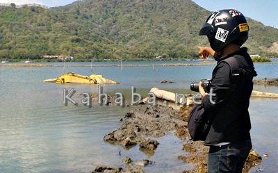 Excavator (Berwarna kuning) tenggelam di Pantai Amahami. Foto: Noval