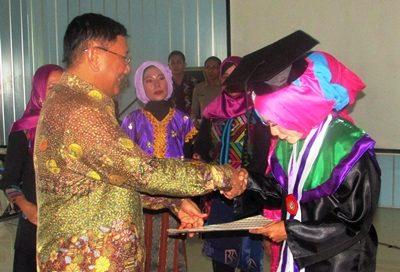 Farouk Muhammad saat memberikan selamat pada wisudawati terbaik. Foto: Hum