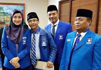 Feri Sofyan pose bersama Anggota DPR RI Desy Ratnasarih dan kader PAN lainnya. Foto: Feri Sofyan (Facebook)