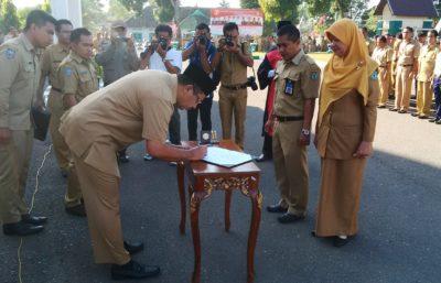Walikota Bima saat menandatangani SK rotasi dan mutasi. Foto: Ady