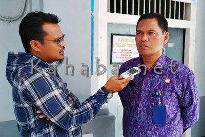 Kepala Rutan Bima A. Khalik saat diwawancara Kahaba.net. Foto: Ady