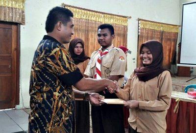 Ketua KPU memberikan penghargaan kepada pelajar SMAN 1 Kota Bima usai pendidikan politik. Foto: Dok. KPU Kota Bima