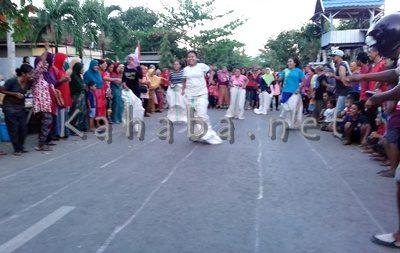 Laru karung warga Sarae memeriahkan HUT RI. Foto: Eric