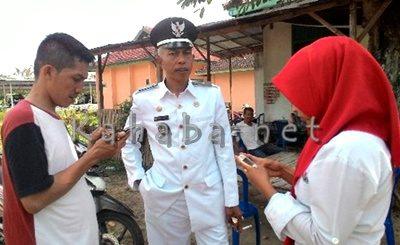 Lurah Penatoi H. Abdul Malik saat diwawancara. Foto: Eric
