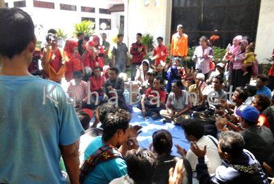 Massa aksi Gerakan Penegakan Pasal 33 UUD 1945 di kantor DPRD Kabupaten Bima. Foto: Deno