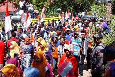 Massa rakyat Desa Nggelu saat aksi di depan kantor DPRD Kabupaten Bima. Foto: Deno