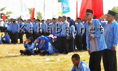Oknum ASN ini hormat bendera sambil duduk. Foto: Noval