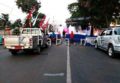 Panggung acara Dekranasda Kota Bima dibangun dan menutup jalan. Foto: Bin