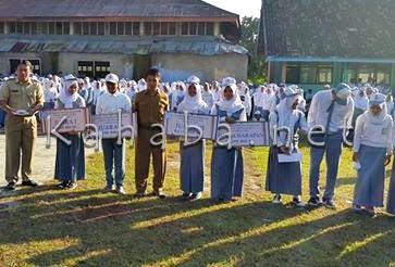 Penyerahan hadiah dan penghargaan kepada siswa siswi yang membaca buku lebih dari 100 buku perbulan. Foto: Bin