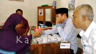 Proses memeluk Agama Islam di Kantor Yayasan Islam. Foto: Bin