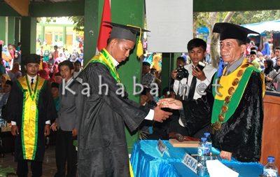 Proses wisuda mahasiswa jurusan Ilmu Komunikasi pertama STISIP Mbojo Bima. Foto: Deno