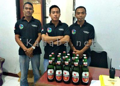 Puluhan botol miras diamankan. Foto: Deno