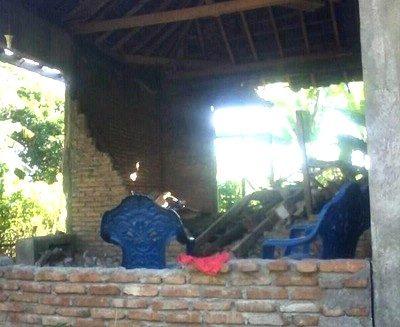 Salah satu rumah di Desa Labuan Kananga Tambora yang rusak karena Gempa. Foto: Tristan Kananga (Facebook)