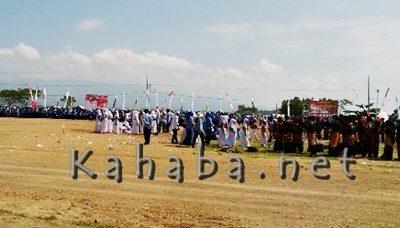 Sebagian lapangan nampak kosong setelah sejumlah pegawai bubar duluan. Foto: Ady