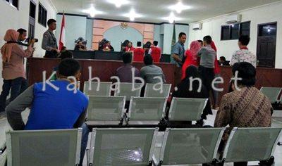 Suasana sidang vonis pembunuhan Rhoma Irama. Foto: Deno