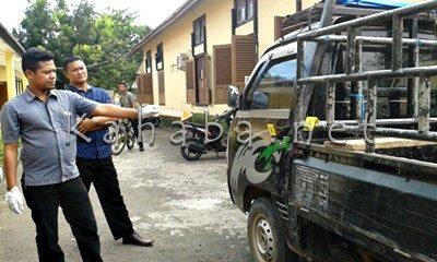 Tim Identifikasi Polres Bima Kota saat mengidentifikasi pintu mobil Kusnadin yang dicungkil. Foto: Noval