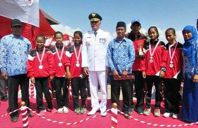 Wakil Bupati Bima pose bersama dengan para penerima hadiah. Foto: Hum