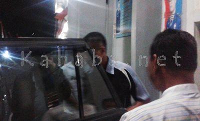 Wakil Walikota Bima keluar dari Rutan Bima usai menjenguk Syahrullah. Foto: Noval