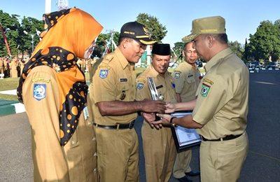 Wakil Walikota Bima menyerahkan piagam kepada Lurah Rabadompu Timur.Foto: Hum